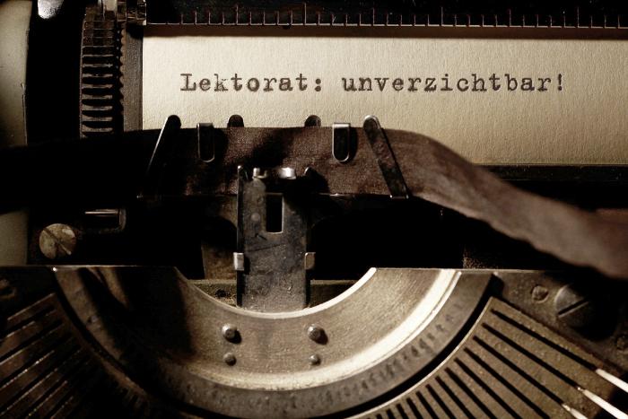 unverzichtbar: das Lektorat. Schreibmaschine