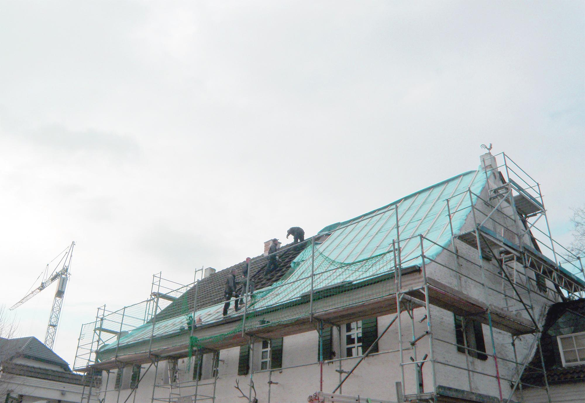 Dachdecker bei der Arbeit. Foto: www.texthandwerkerin.de