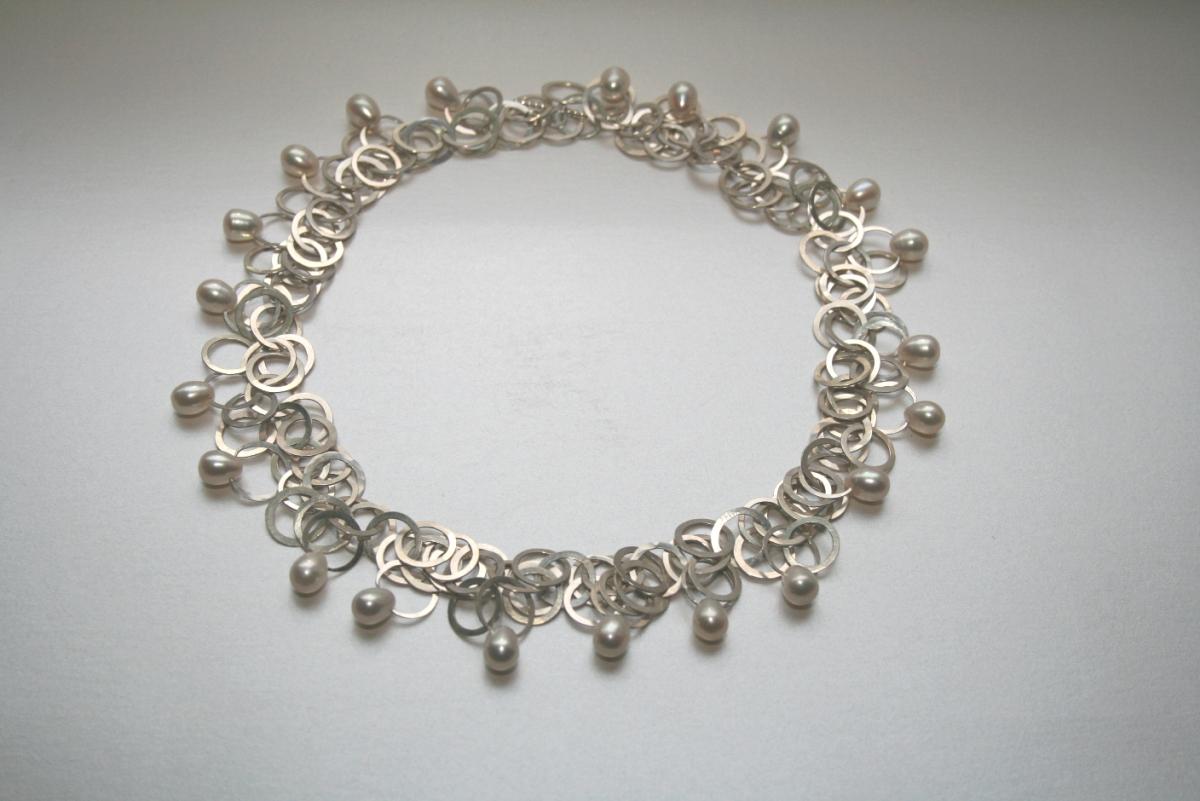 Kette SPHAERA in SIlber mit Perlen © Danièle Brown
