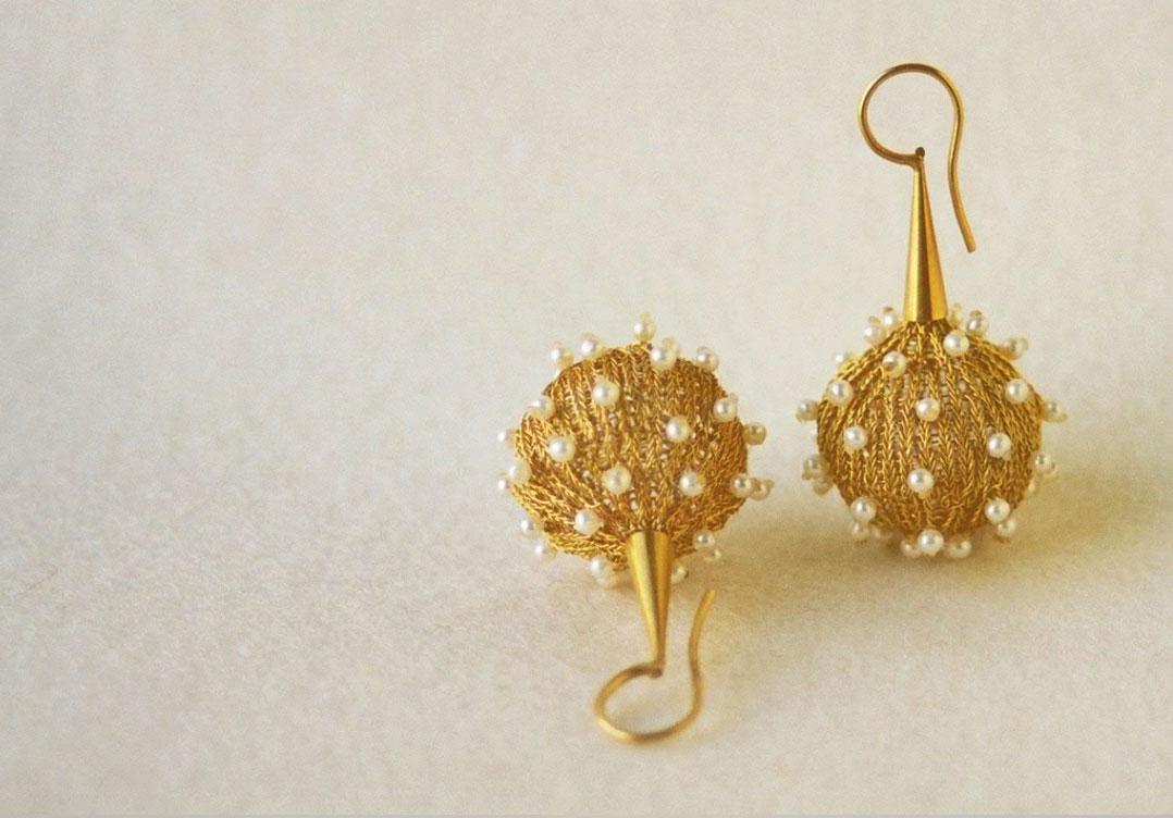 Ohrschmuck handgestrickt in Silber 925 feinvergoldet mit Süsswasserzuchtperlen © Design - Danièle Brown