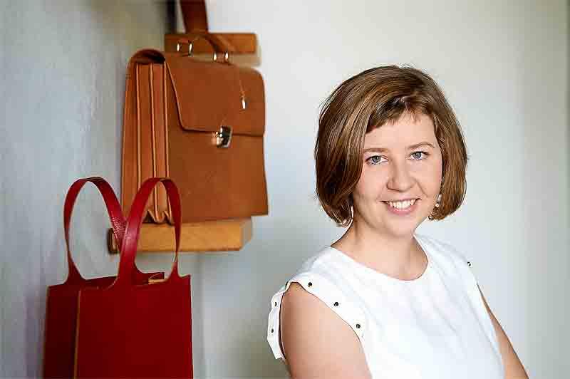 Gertraud Wallmann mit einer Auswahl ihrer handgefertigten Lederwaren.