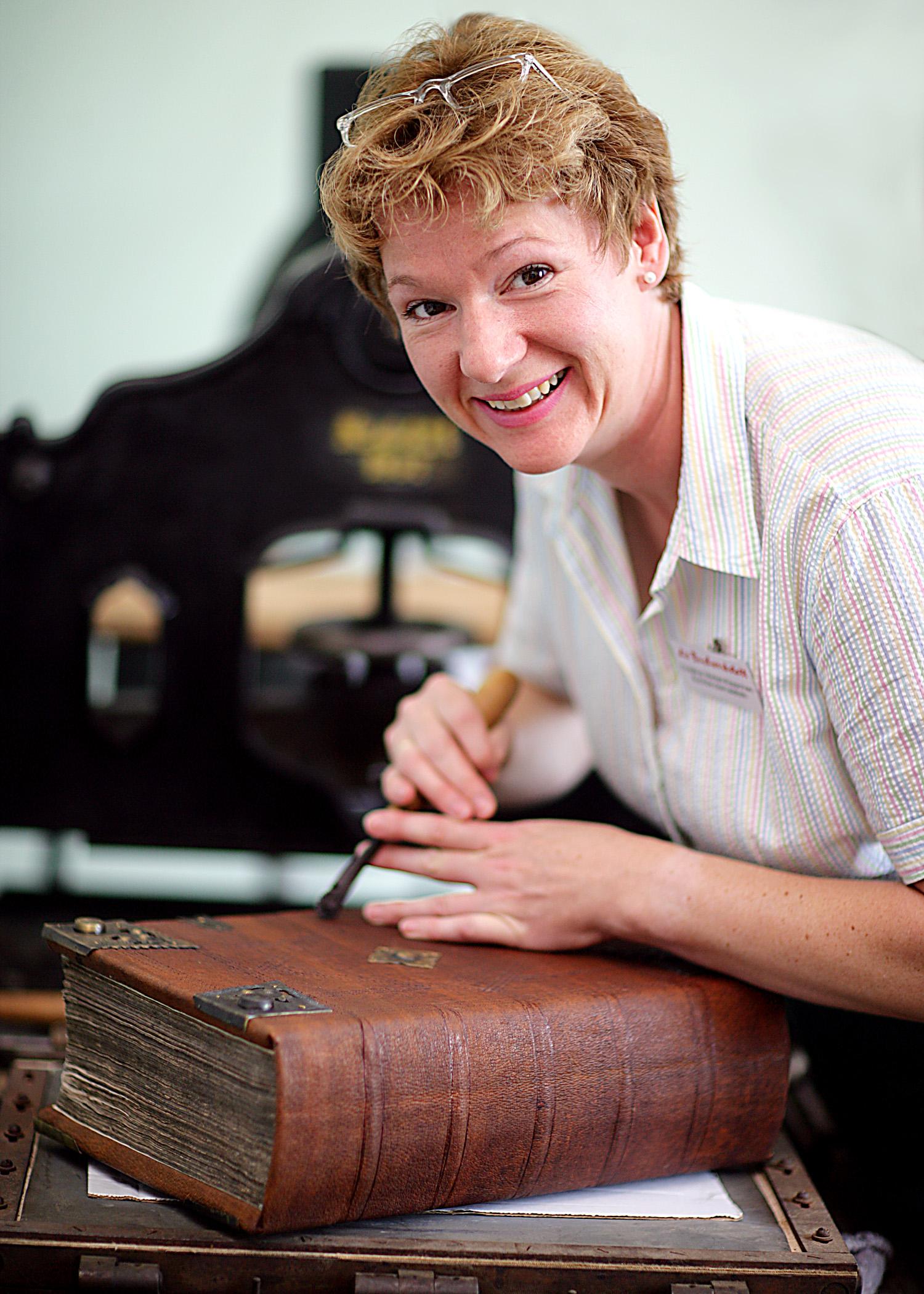 Buchbinderin Christine Merkel-Köppchen, Inhaberin der Buchwerkstatt,