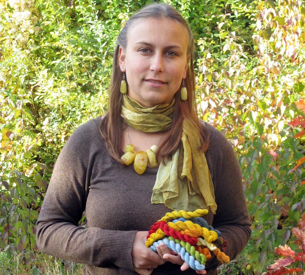 Färben mit natürlichen Materialien - ein fast vergessenes Handwerk. Hier: Anne Tomckyk mit ihren selbst gefärbten Garnen